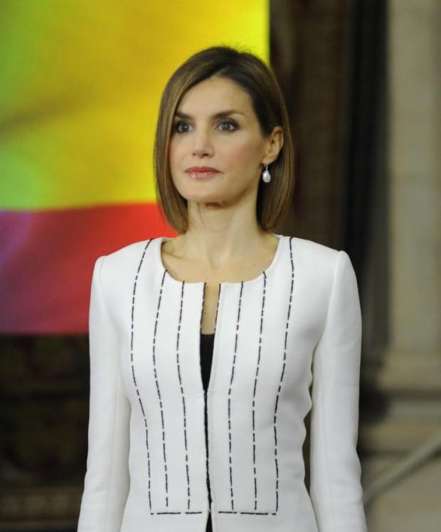 Doña Letizia con un 'black&white' de Felipe Varela en el aniversario de la ONU en Madrid