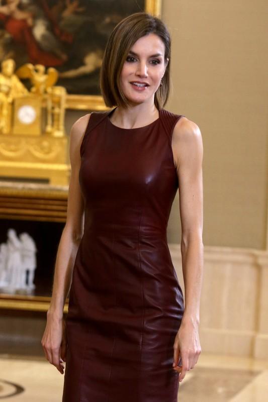 La Reina lució un vestido ceñido en color marsala de Hugo Boss.
