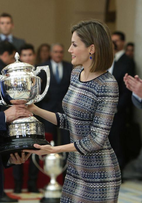 Doña Letizia, en el Palacio de El Pardo, entregando un galardón