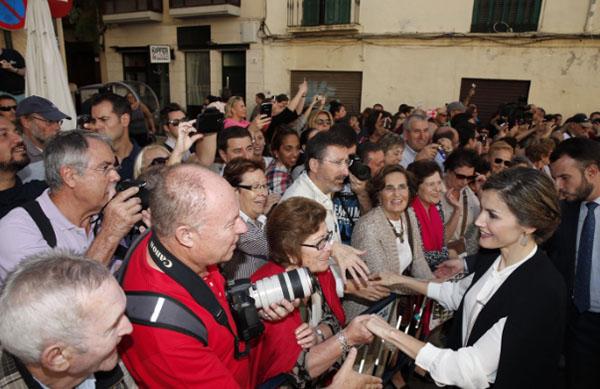 Doña Letizia Ortiz, baño de multitudes en el Teatro Cervantes de Málaga.