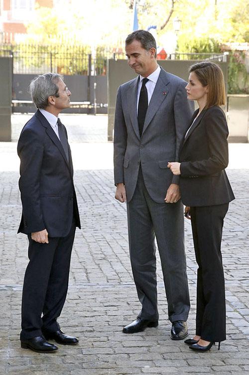 Los Reyes conversan con el embajador de Francia.