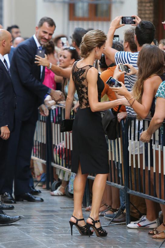 ¿Quéreis que haga un Pataky? Dijo la Reina Letizia cuando los fotógrafos le pidieron fotografiarle la espalda (algo que Elsa ha hecho muchas veces)
