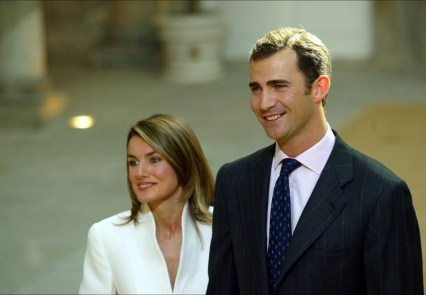 En la pedida de mano, en noviembre de 2003, Doña Letizia optó por la discreción: de blanco (aunque de Armani).