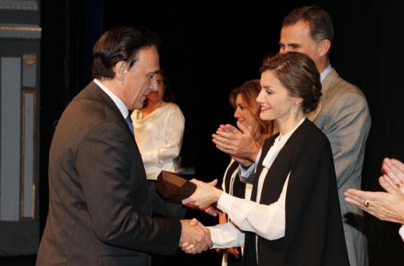 Doña Letizia, entregando uno de los galardones a José Carlos Gómez, rector de la Universidad de Córdoba