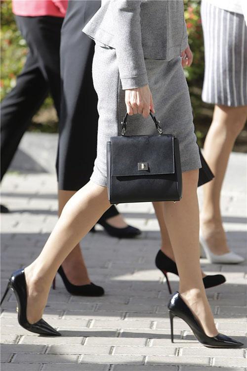 Letizia acompañaba sus Prada de este bolsito estilo Kelly, durante su visita a la Complutense en noviembre