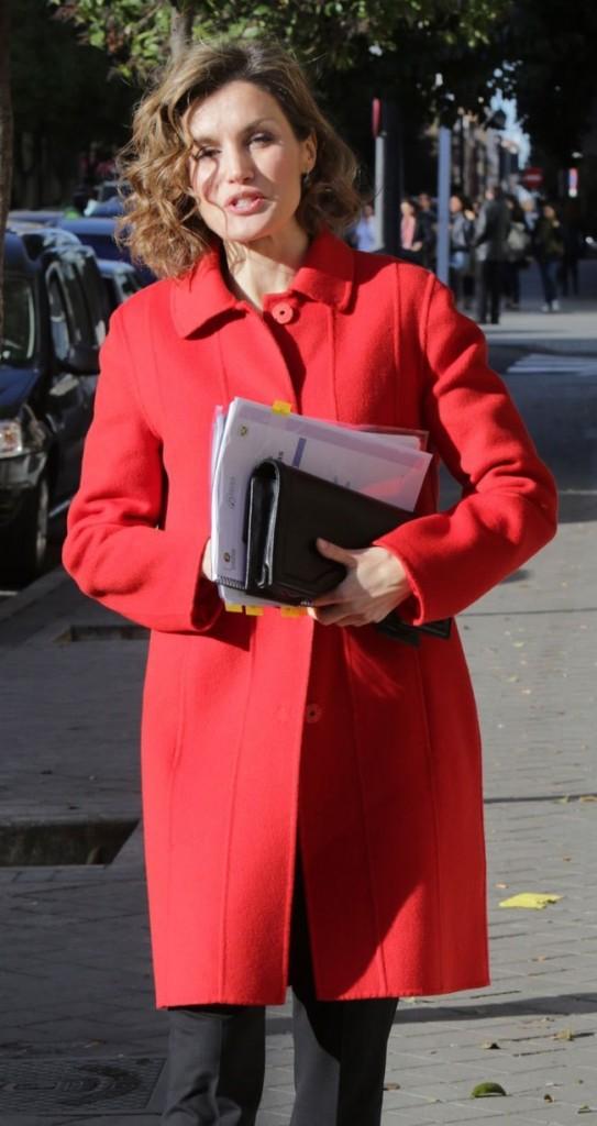 Bolso modelo Archy, 535 euros. Letizia lo combina con su abrigo rojo favorito de Hugo Boss.
