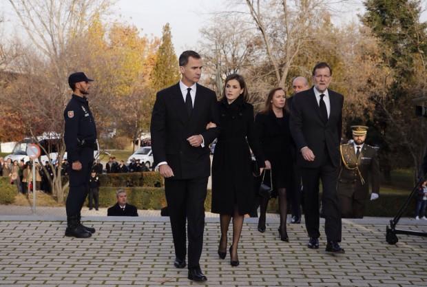 SS. MM los Reyes, muy serios, llegaban al complejo fúnebre habilitado para la ceremonia.