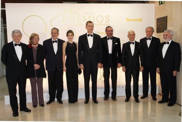 Don Felipe y Doña Letizia junto a la presidenta y editora de ABC, el presidente de Vocento, el patrocinador, el presidente del jurado y los premiados
