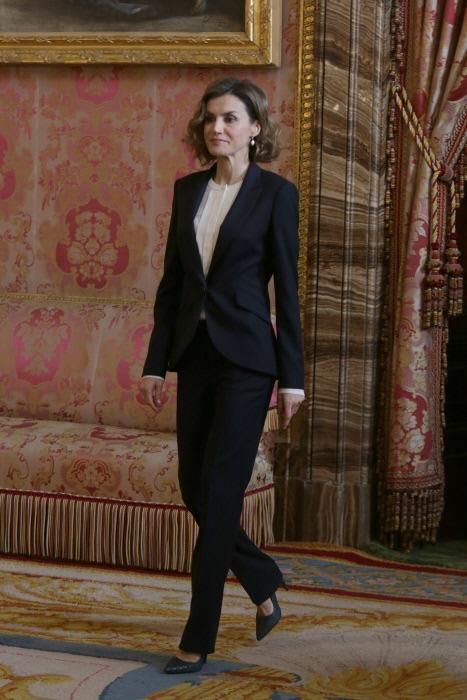 La reina se compraba este otoño este traje en color navy, un básico para ir a la oficina