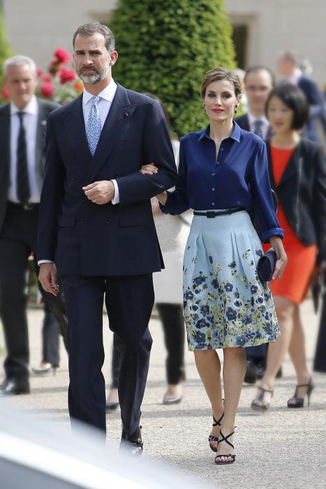 Uno de los muy aplaudidos looks de la Reina, el pasado junio en París, a las puertas del Gran Palais