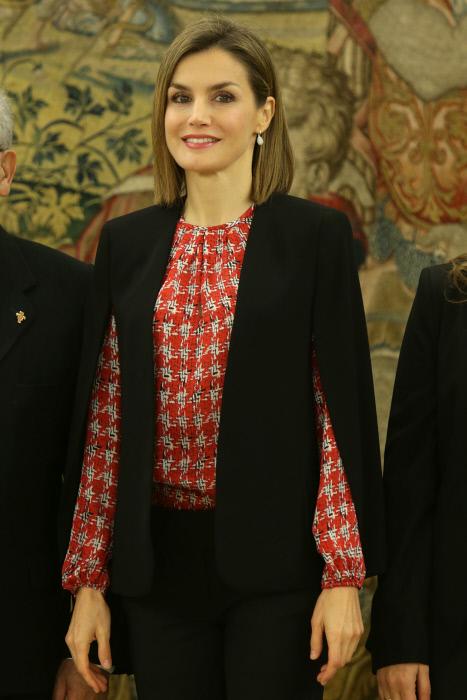 En enero la Reina combinaba con capa esta blusa también de Carolina Herrera