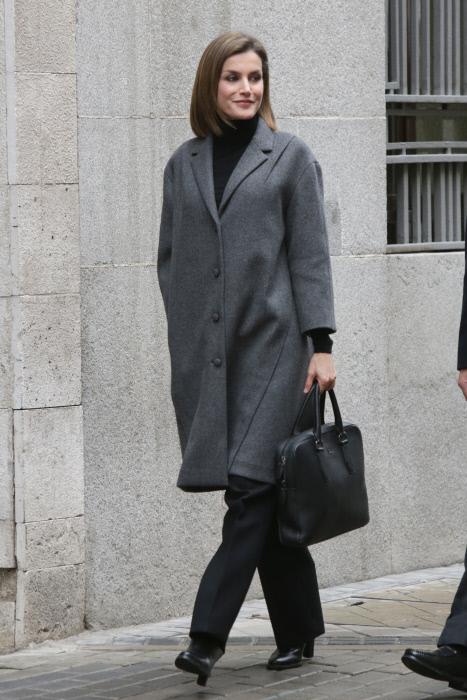 Letizia hace frente al frío de enero en Madrid con este abrigo que cumple un añito ya.