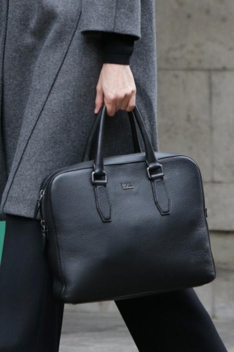 La reina y su maletín de Inspector Gadget, super confortable y amortizado, ¡no solo suelta!