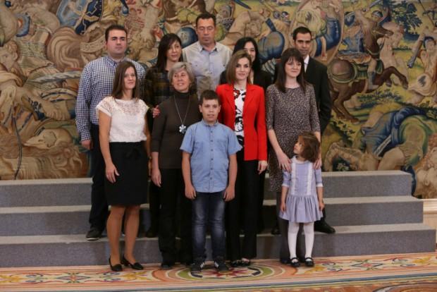 La reina Letizia Ortiz y presidente de Atelma, Esther González durante una audiencia a la Asociación de personas con Transtorno Específico del Lenguaje de Madrid