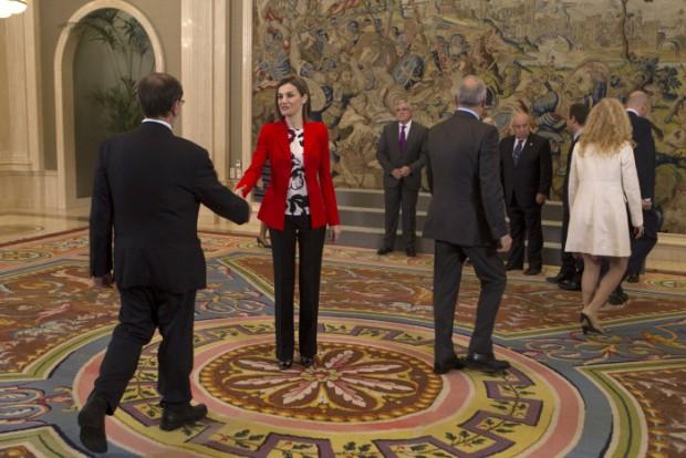 """La reina Letizia Ortiz saluda """"muy centrada"""" a los miembros del comité científico de la fundación Española de la nutrición en Madrid"""
