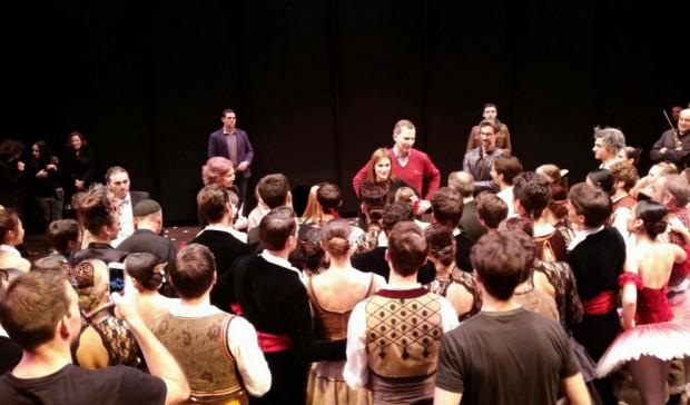 Jesse Inglis, uno de los actores publicaba en su Facebbok esta foto de la gran expectación que causó la visita Real.