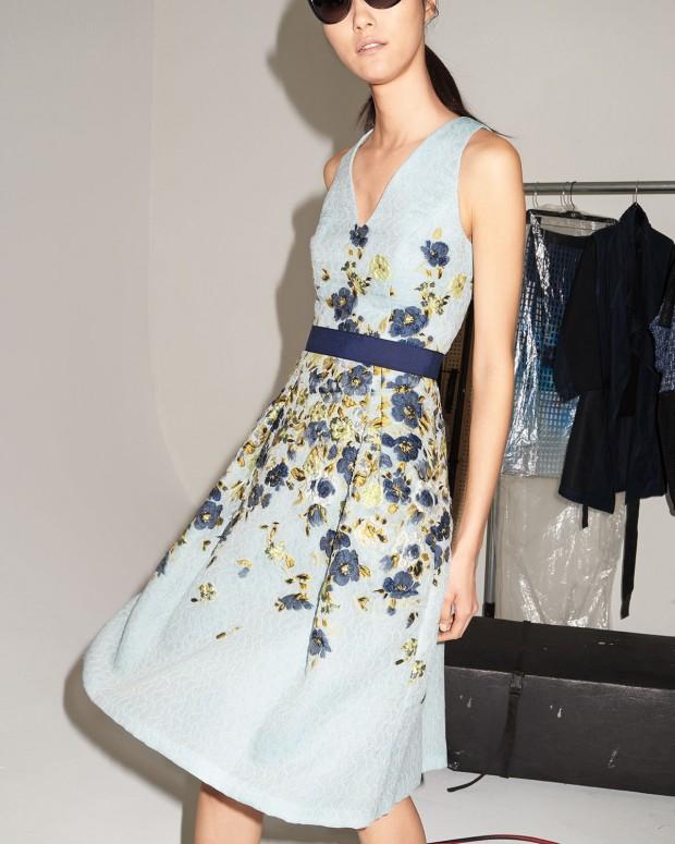 Este vestidazo total lady cuesta ahora 1.118 euros, menos de la mitad de su precio original
