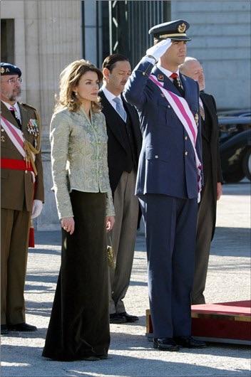 En 2005 Letizia combinaba falda de terciopelo en color caqui con está chaqueta ladylike de inspiración oriental