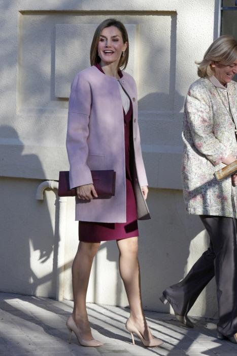 La reina estrenaba el abrigo cocoon el pasado 12 de enero en su vista a la Federación de Ayuda Contra la Drogadicción