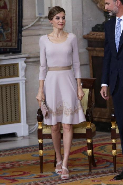 Letizia impecable de rosa cuarzo y de Varela el pasado junio en el Palacio Real