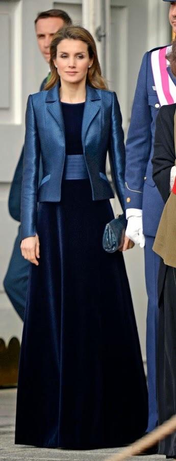 Terciopelo azul con fajín de raso y chaqueta, en 2011, la reina no estrenaba, llevaba un clutch de Mango