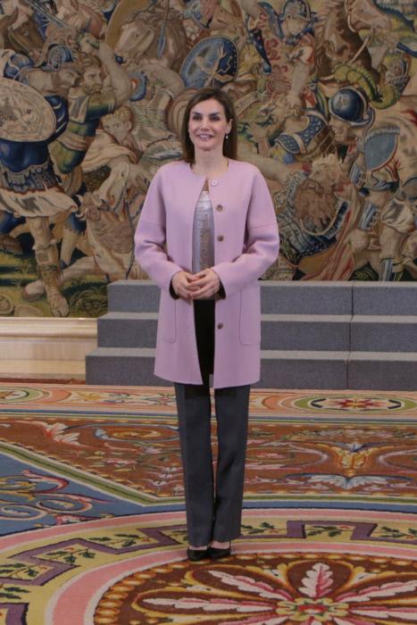 Doña Letizia en su habitual pose de espera: sonrisa y manos entrelazadas