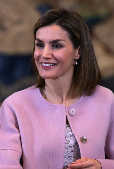 La reina iluminaba su mirada con una tenue sombra rosa, y llevaba unos de sus pendientes de perlas favoritos