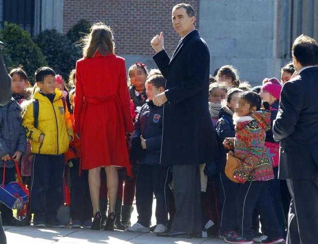 Los Reyes se pararon a hablar a ka entrada con los niños de un colegio que estaba de visita. Letizia llevaba su abrigo rojo de lana virgen prensada de Hugo Boss
