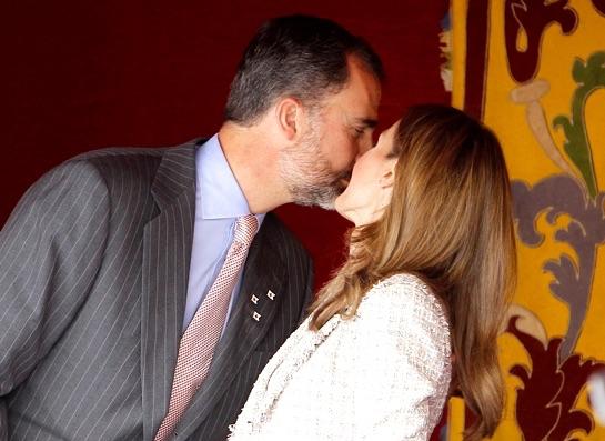 """Aquí la reina le """"hizo la cobra"""" a Felipe Vi el día de La Banderita de Cruz Roja, en 2012, y el amago de beso se convurtió en dos en las mejillas"""