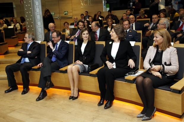 Letizia con la AECC y sus nuevos taconazos