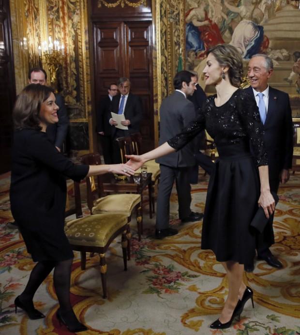 La Reina y Soralla figen que entre ellas hay obsta´culos de gran tamaño