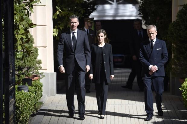 Los reyes de España Felipe VI y Letizia con el embajador Pierre Labouverie por las calles de Madrid 23/03/2016 Madrid