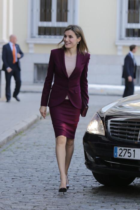 Letizia a su llegada a la sede de BBVA en Madrid, la hemso visto tanro con este outfit que parece un deja-vu