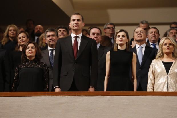 Letizia con la cabeza bien alta y sus pendientes, cuando sonó el Himno de España