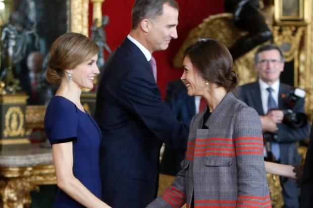 Letizia el día de la HIspanidad en 2015 invitaba a Zarzuela a su estilista, que si os fijáis lleva unos pendientes que  también tiene iguales la Reina
