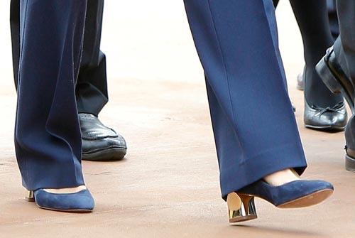 Aquí los zapatos con tacón ancho en dorado cuando los estrenó en su visita a Canarias en febrero de 2014