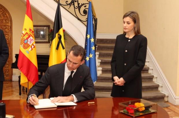 Felipe VI firma en el libro de condolencias bajo la atenta mirada de la Reina