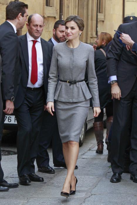 Letizia elegía el color adoquín para caminar entre las amarillas piedras de la Universidad Pontificia