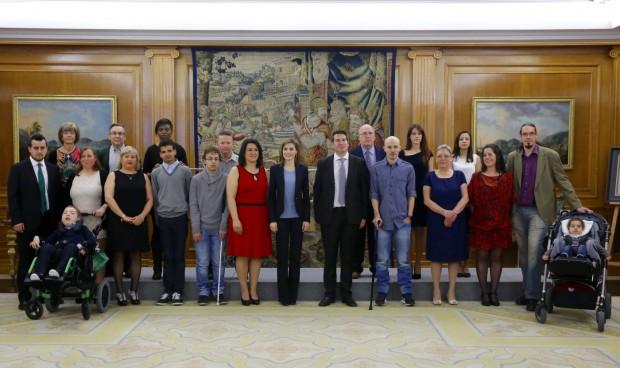 Su Majestad la Reina junto a los representantes de la Asociación Española Contra la Leucodistrofia-ELA España