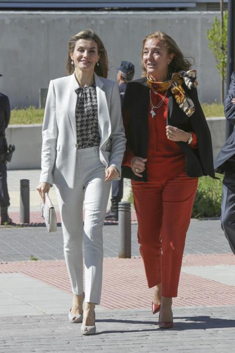 Letizia acompañad por la secretaria