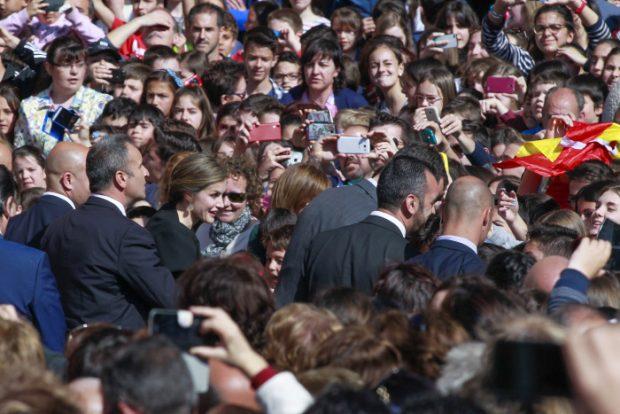 baño de multitudes para le Reina Letizia