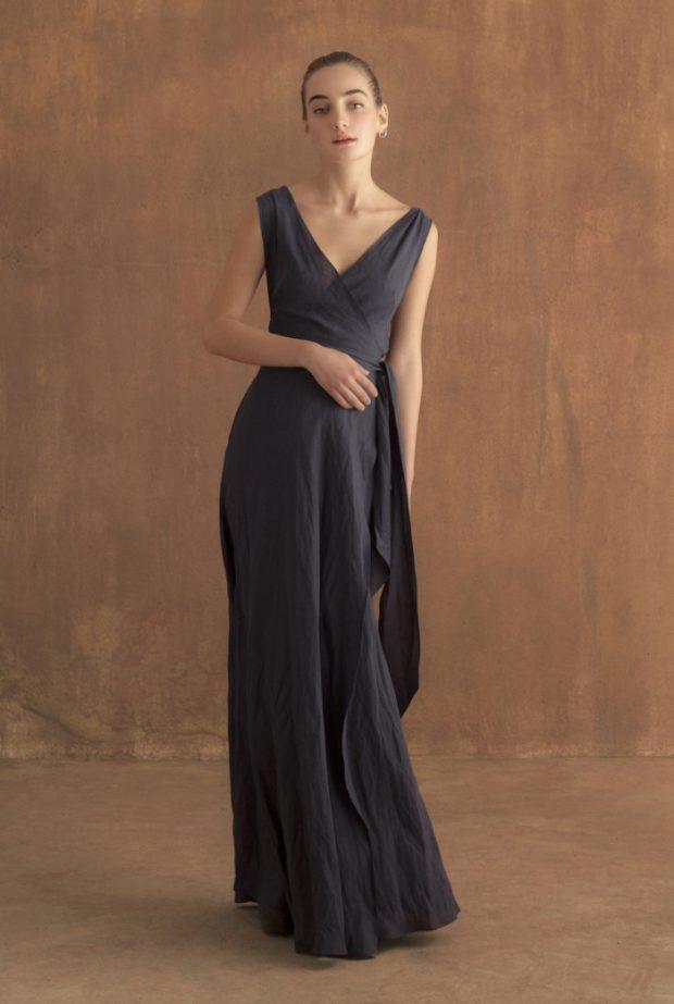 Vestido de lino, escote en pico y tirantes cruzados en la espalda, abierta. 650 euros
