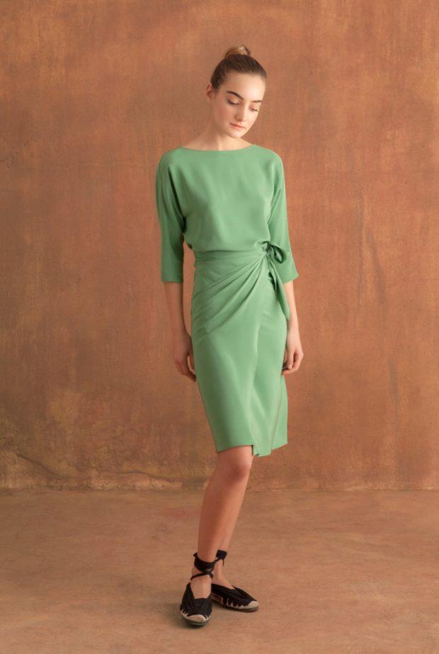 Vestido corto de seda con falda anudada a la cintura, manga 3/4. Escote redondo en delantero y pico en la espalda.