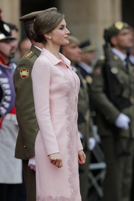 Letizia y su pose más castrense de la temporada