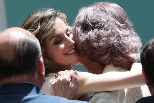 una de las fotos del día, la del abrazo entre suegra y nuera