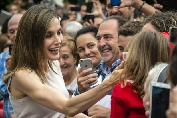 La consorte saludó cariñosa a los que le esperaban a la entrada del Conservatorio