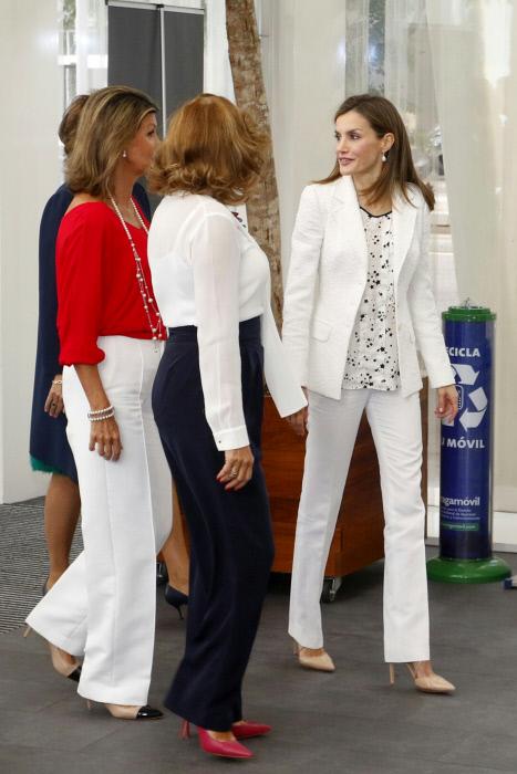 La reina y su blanco sobre blanco