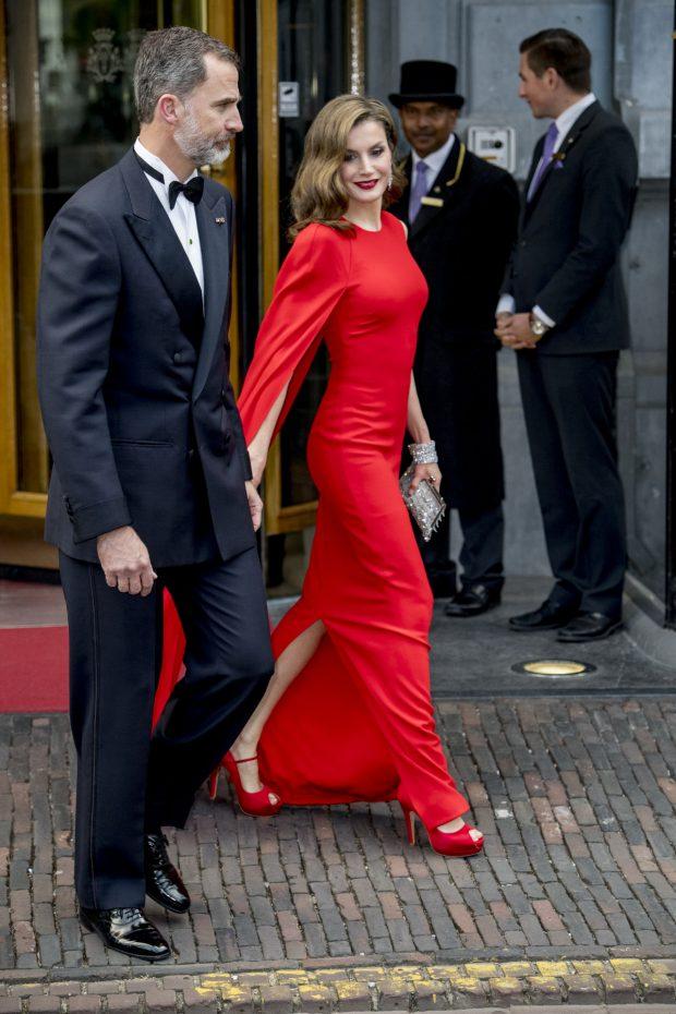 Bajo vestido rojo de universitaria con carita - 2 part 9