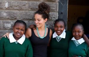 Sabrina Rubi con las niñas de la escuela Codman Academy en Nairobi.