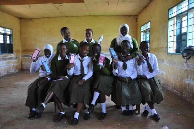 Estudiantes con compresas en la escuela Mwika Secondary School en Kilimanjaro, Tanzania.